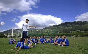 Unos 500 niños toman parte el jueves en la sexta edición de la Tropezón Cup