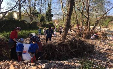 Un centenar de personas limpian el río Besaya a su paso por Molledo