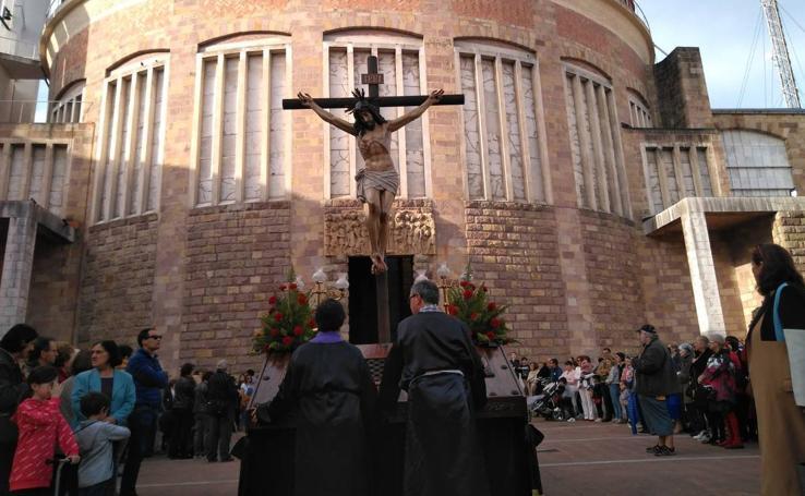 Miles de personas asisten a la procesión de Viernes Santo en Torrelavega, recuperada tras 52 años sin sacramentos