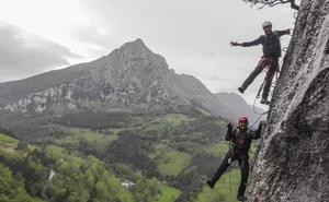 Zuloaga se sube a una Vía Ferrata para promocionar el turismo sostenible