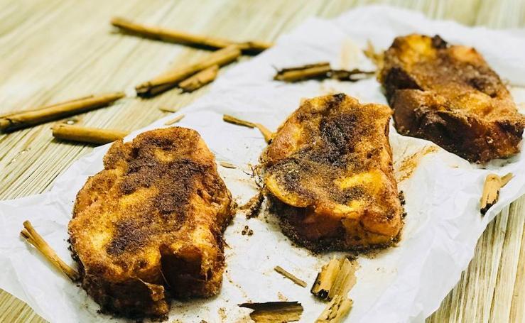 Cocina unas irresistibles torrijas bañadas en licor de Liébana