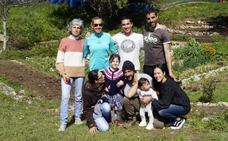 Nueve familias de Castro y Liendo disfrutan ya de un huerto comunitario
