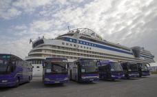 Los viajeros del 'AidaSol' pasan el día en Santander