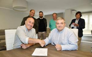 El Ayuntamiento de Cartes y la Federación Cántabra firman un acuerdo para la financiación de un campo de hierba artificial