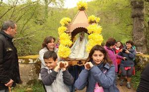 Los niños llevan por vez primera en andas a la Virgen de la Luz