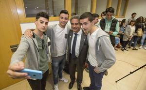 Revilla llama a los jóvenes a «apostar por Cantabria» y votar al PRC este domingo