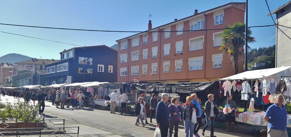 Los Corrales pospone la decisión de sacar del casco urbano el mercado semanal