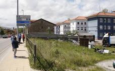 Vecinos de Barreda critican la acumulación de chatarra en una finca de la Avenida de Solvay