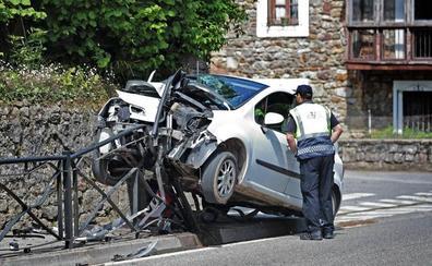 Un coche se sale de la vía en Cabezón y casi termina partido en dos