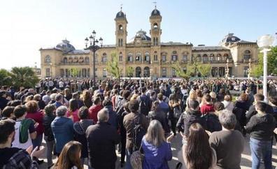 Más de un millar de personas se concentran frente al Ayuntamiento en repulsa por la muerte del joven agredido en Donostia