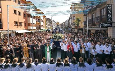 Miles de barquereños honran por tierra y mar a su Virgen en la fiesta de La Folía