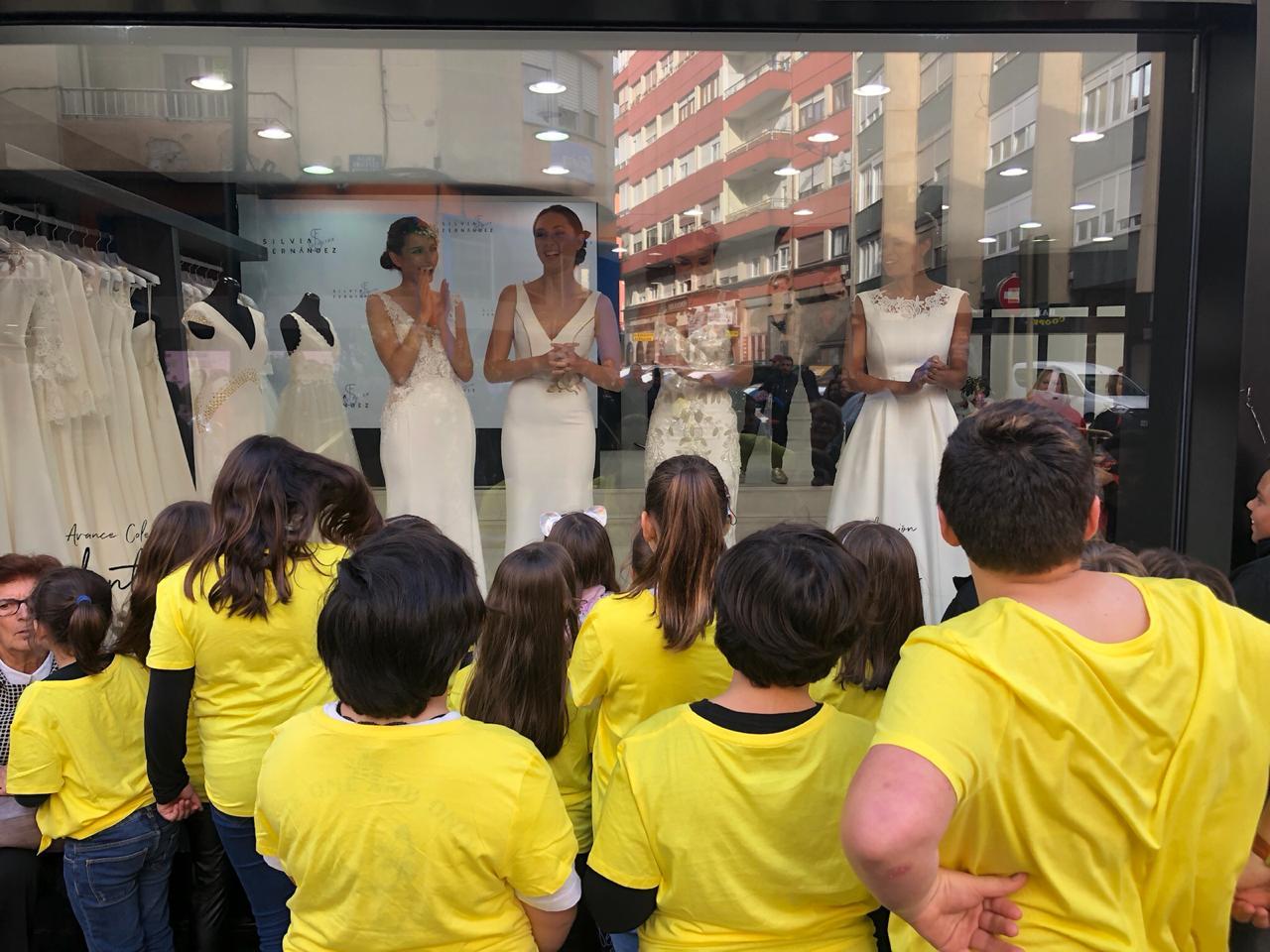 La moda nupcial más urbana de Silvia Fernández conquista Torrelavega