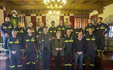 Toman posesión dos oficiales y once bomberos en el parque de Camargo
