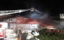 Un incendio calcina una vivienda en Campoo de Yuso y causa daños en otras tres