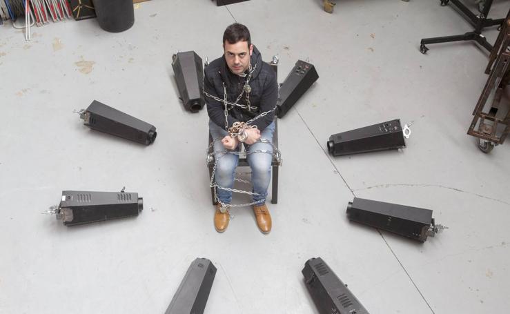 Raúl Alegría ensaya su truco de escapismo antes del inicio del Festival de la Magia y lo Visual