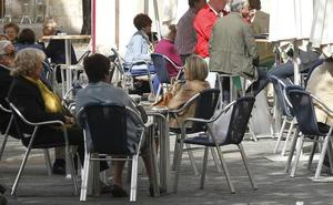 Hombres y mujeres dedican 52 minutos diarios a cotillear sobre el prójimo