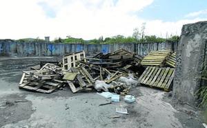 La basura invade el norte de Montehano, en terrenos de las Marismas de Santoña
