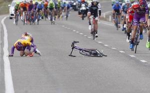 Jesús Ezquerra se rompe la clavícula en los últimos kilómetros de la Vuelta a Aragón cuando lideraba la carrera