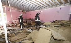 Se cae el falso techo del salón de actos del Centro Cívico de Tanos
