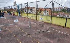 Una gran grieta 'parte' en dos el patio del colegio Dionisio García Barredo