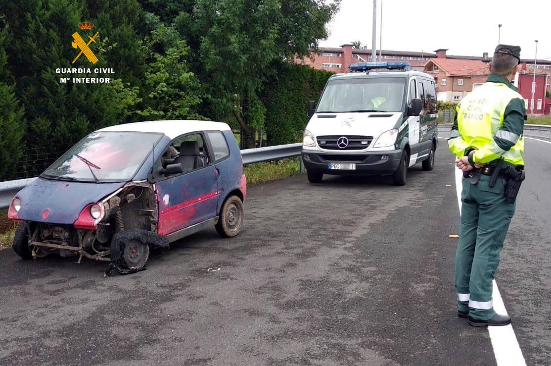 Pillado borracho y conduciendo por la autovía un coche sin carné destrozado y sin seguro