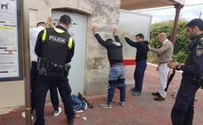 Montan un dispositivo contra un grupo de once albaneses en Marina de Cudeyo
