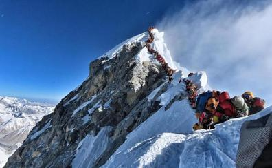 Acaba una temporada de muerte y atascos en la cumbre del Everest