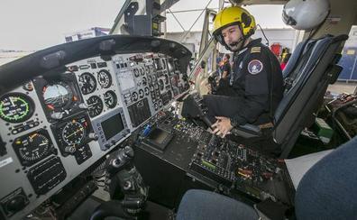 Los trabajadores de helicópteros de emergencias se concentran hoy por el cambio de condiciones laborales