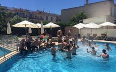 Celebración en la piscina del hotel de Mallorca