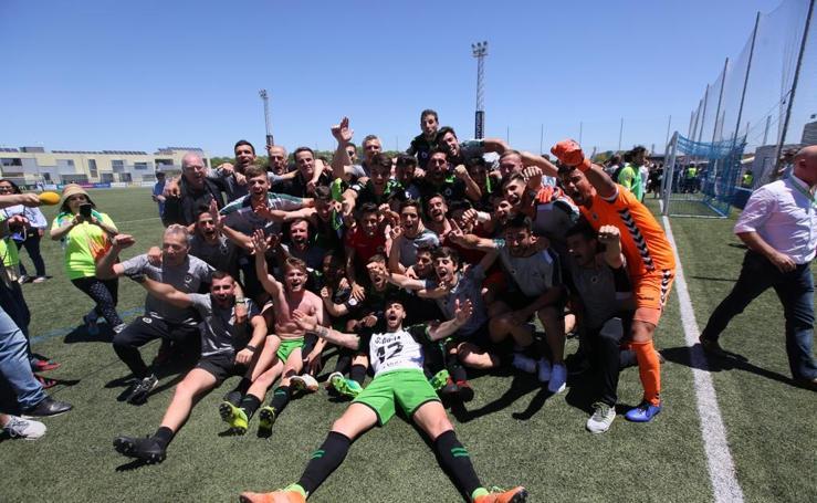 Así celebran los jugadores del Racing y el equipo técnico el ascenso a Segunda División