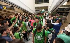 Los aficionados reciben al equipo en el aeropuerto