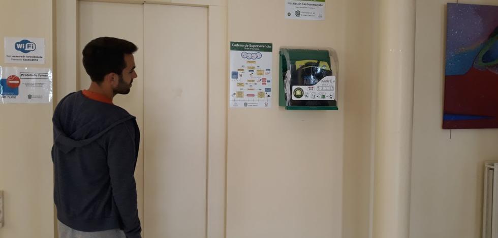 Castro instala nuevas unidades de desfibriladores en edificios públicos