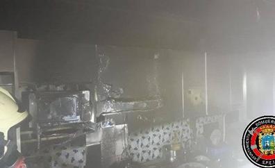 Los dueños de un piso de Ruiz Zorrilla apagan un incendio que calcinó por completo su cocina