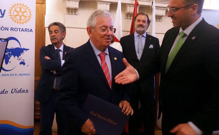 Fernando Jáuregui recibe el III Premio Rotario a la Prensa de Cantabria