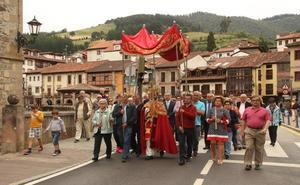El Lignum Crucis bajó en su procesión anual a la villa de Potes