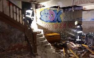Se incendia una casa abandonada en Laredo tras iniciarse el fuego en un colchón