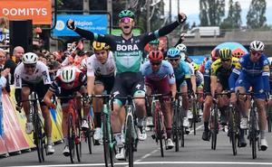 Sam Bennett gana al esprint la tercera etapa