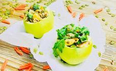 Cocina en casa un par de ensaladas saludables en bol de manzana natural
