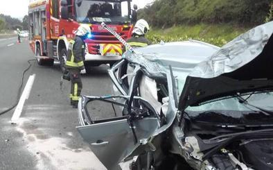 Herido el conductor de un turismo que colisionó con un camión de hidrógeno en Caviedes