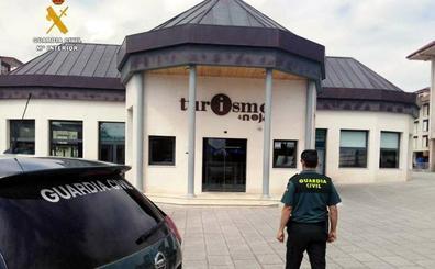Detenidos tres adolescentes por robar material informático en la oficina de turismo de Noja