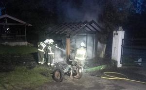 Los bomberos extinguen un incendio en el almacén de un camping de Oyambre