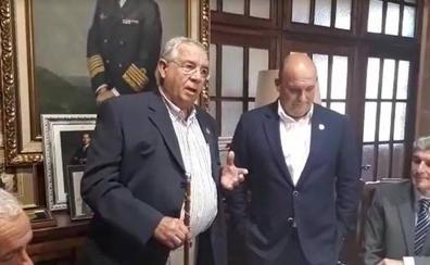 Rábago entrega el bastón de mando en un emotivo pleno a su mano derecha, Ángel Rodríguez