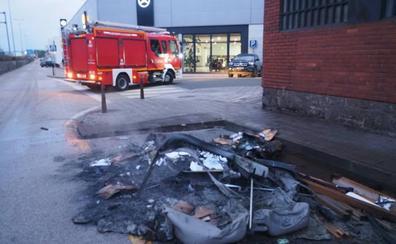 Se queman dos contenedores en la avenida de Parayas