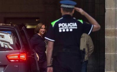 Colau vuelve a colgar el lazo amarillo de la fachada del Ayuntamiento de Barcelona