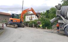 Los operarios trabajan ya en la ampliación del puente de La Lastra