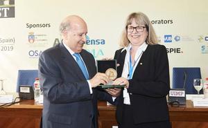 La Nobel Donna Strickland asegura en la UIMP que aún queda «mucho trabajo por hacer» para lograr la igualdad
