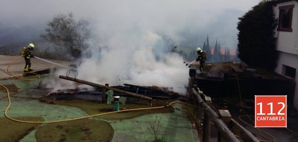 Un incendio calcina una edificación de madera del campo de golf de Tarrueza