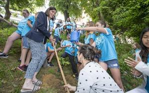 Santander planta el primer árbol de los 9.000 comprometidos por Igual para los próximos 4 años