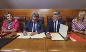 Revilla y Zuloaga firman el pacto de Gobierno, «obligados a ser leales compañeros»