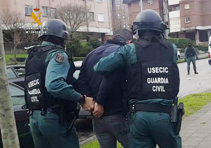 Detenidos tres hombres por extorsionar a dos ganaderos de Cantabria